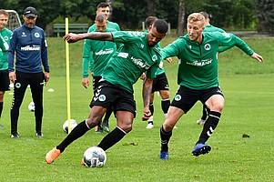 Und auch Daniel Keita-Ruel und Benedikt Zahn kämpfen um jeden Zentimeter.