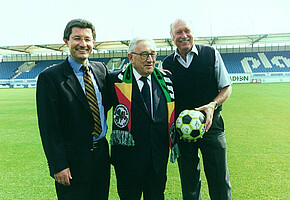 Henry Kissinger (Mitte) bei seinem Besuch im Ronhof 1998 mit Helmut Hack (links) und Horst Brandstätter (rechts).