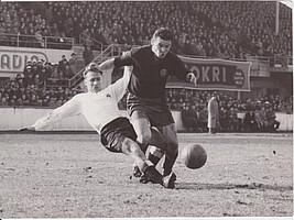 Kleeblatt-Rekordnationalspieler Herbert Erhard bei einem Tackling gegen FCN-Stürmer Glomb.