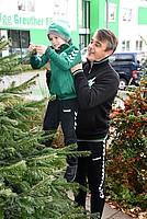 05. Dezember: Chef-Trainer Damir Buric hängt mit einem Kleeblatt-Talent den allerersten Christbaumschmuck an den Tannenbaum vor der Geschäftstelle.
