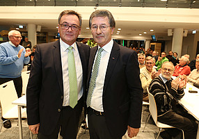 Ende Juli: Helmut Hack übergibt das Präsidentenamt an Fred Höfler...