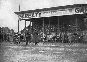 Einlauf der Kleeblatt-Mannschaft in den 20er Jahren.